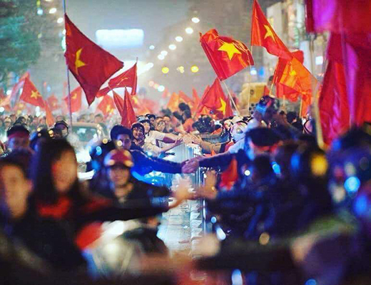 FOREIGNER TOURIST IS SURPRISED WHEN SEEING CELEBRATION ATMOSPHERE OF VIETNAMESE PEOPLE WHEN VIETNAM U23 FOOTBALL TEAM WON SEMIFINAL VICTORY